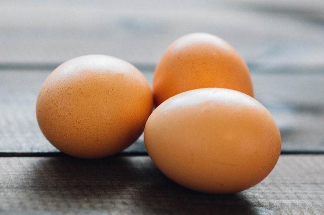 Farbowanie jajek kurkumą
